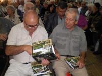 Всички присъстващи в залата получиха подарък - комплект книга и фотоалбум