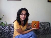 """Елица с първия екземпляр от двуезичното издание на Петя Дубарова """"Here I Am, In Perfect Leaf Today / Ето ме днес съвършено разлистена"""""""