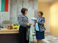 Г-жа Мита Иванова официално връчи на г-жа Цветелина Драгиева оригиналите на своите дългогодишни краеведчески изследвания за гр. Айтос