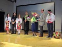 """Авторът на """"Полуостровът"""", Стефан Апостолов, поздравява участниците в постановката"""