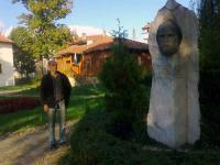 Иван Сухиванов пред паметника на Дядо Благо (Стоян Русев) – детски писател