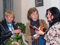 Бургаските поетеси Роза Боянова и Венда Райкова - с поздравления и подаръци за авторката