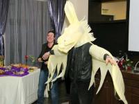 """Наградата на публиката – крилатият кон-вдъхновител (с глава на магаре) """"Златен Пегас"""", превъплътен от актьора Валери Еличов (снимка: Петър Генчев)"""