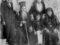 Поп Петко, презвитера Мара със сина си Стоян Попов,  снаха му Стойка Попова и внука Петко Стоянов Попов