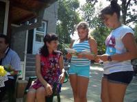 Стефка Стоянова със своите нетърпеливи малки читатели