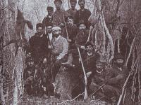 Снимка на ловджиите и местните хора на долмена над Ченгер, 1901 г.