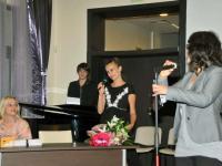 """Георги Милтиядов (на рояла) с поздрав към авторката на """"Сърцето има тайни"""" (Снимка: Лина Главинова)"""