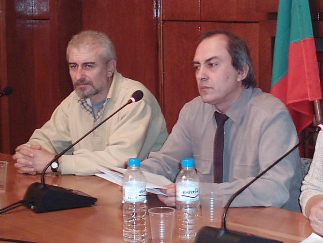 Доц. Иван Станков (вляво) и доц. Сава Василев на Годишния литературен преглед, Бургас, декември 2005 г.