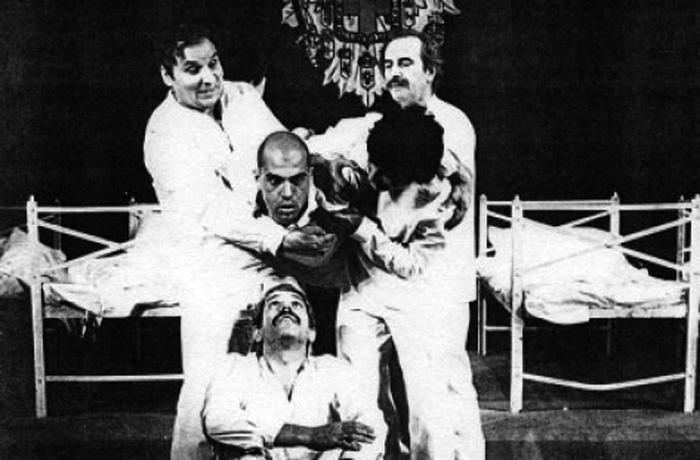 "Иван Нанев (горе, вляво) в постановката на Станчо Станчев ""Добрият войник Швейк"" по Ярослав Хашек, сезон 1975-1976"