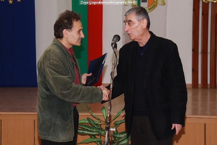 Председателят на журито Борис Арнаудов (вдясно) връчва на Станислав Марашки специалната награда на БНР за проза на Осмото издание на конкурса за хумор и сатира в Кубрат