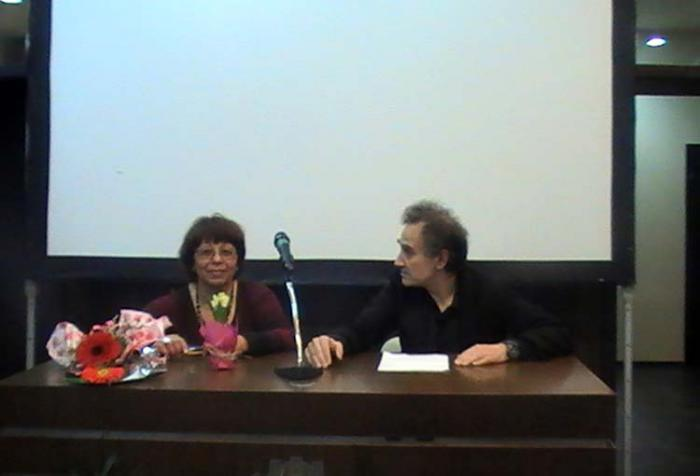 Виолета Асьова (вляво) отговаря на въпросите на Станислав Марашки