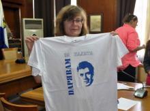 """Зам.-кметът по """"Култура и Образование"""" г-жа Йорданка Ананиева показва тениските с лика на Калоянчев с мотото – """"Дарявам за Калата"""""""